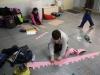 Le groupe en plein création de sculptures en papier
